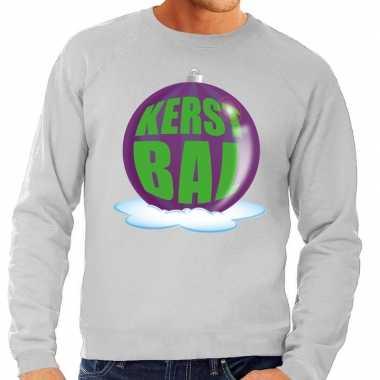 Foute kersttrui kerstbal paars op grijze sweater voor heren