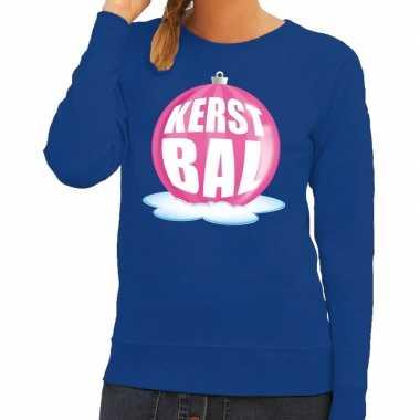 Foute kersttrui kerstbal roze op blauwe sweater voor dames