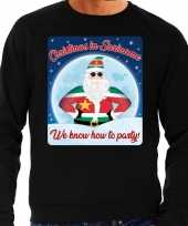 Zwarte foute kersttrui sweater christmas in suriname we know how to party voor heren